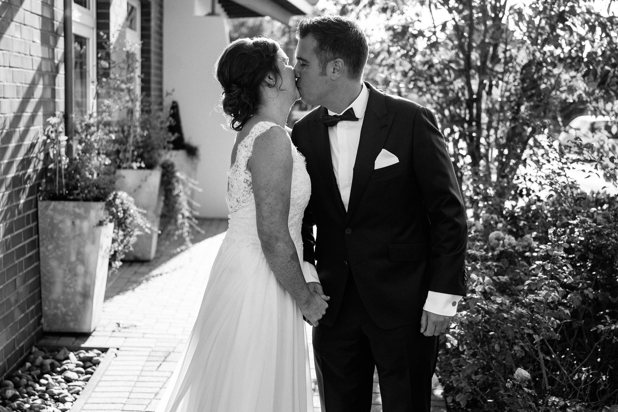 Erster Kuss Hochzeitspaar