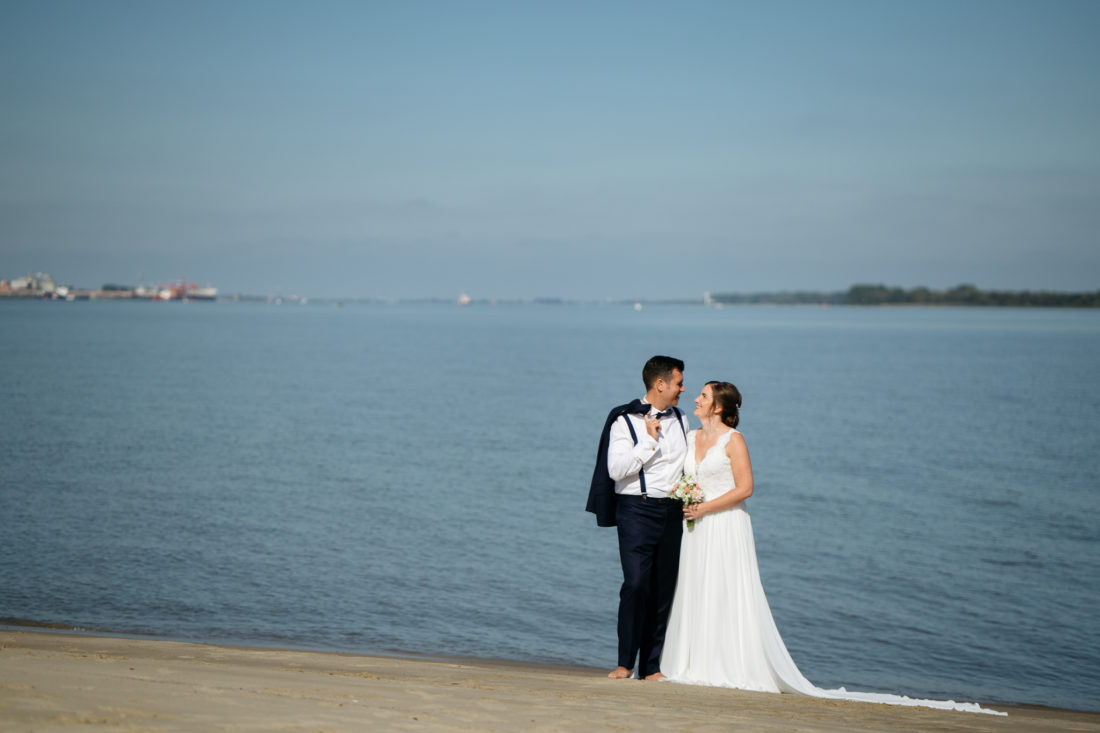 Lässiges Hochzeitsbild am Strand