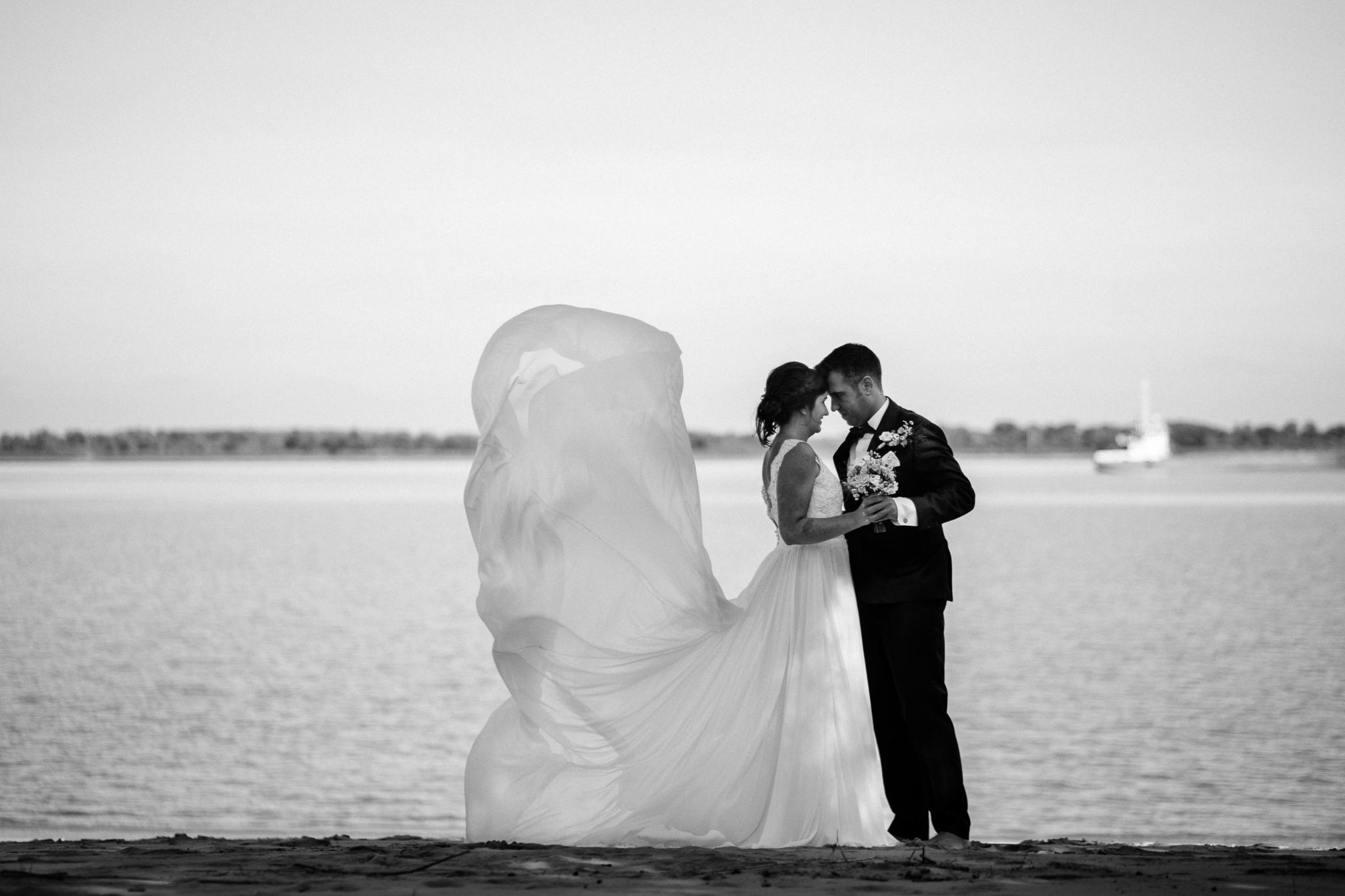 Braut mit wehendem Brautkleid Elbstrand