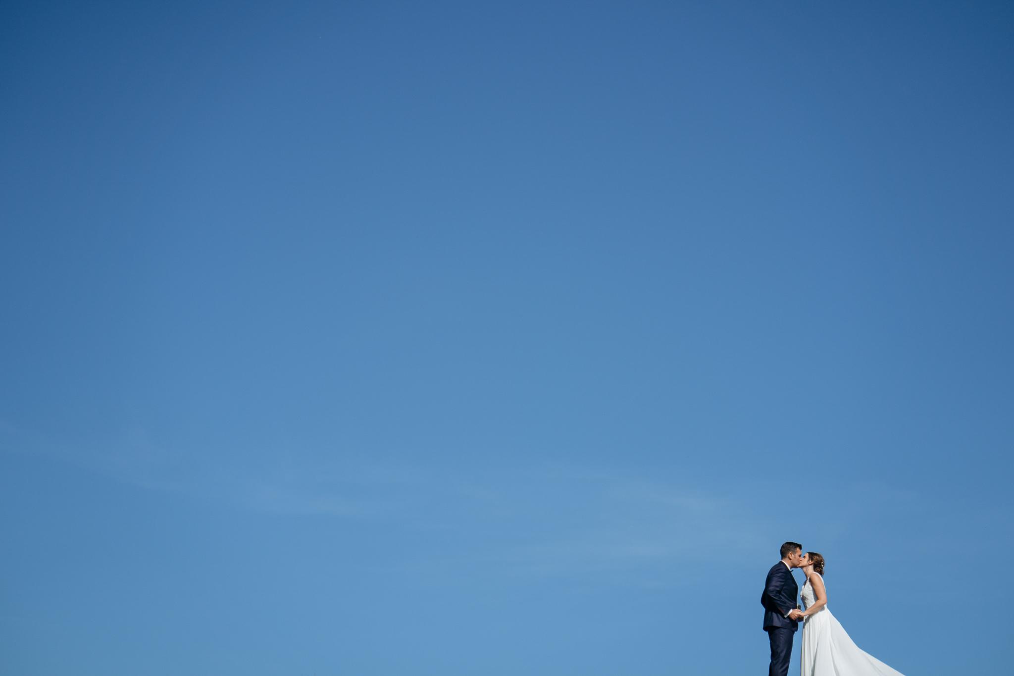 Brautpaar und weiter Himmel